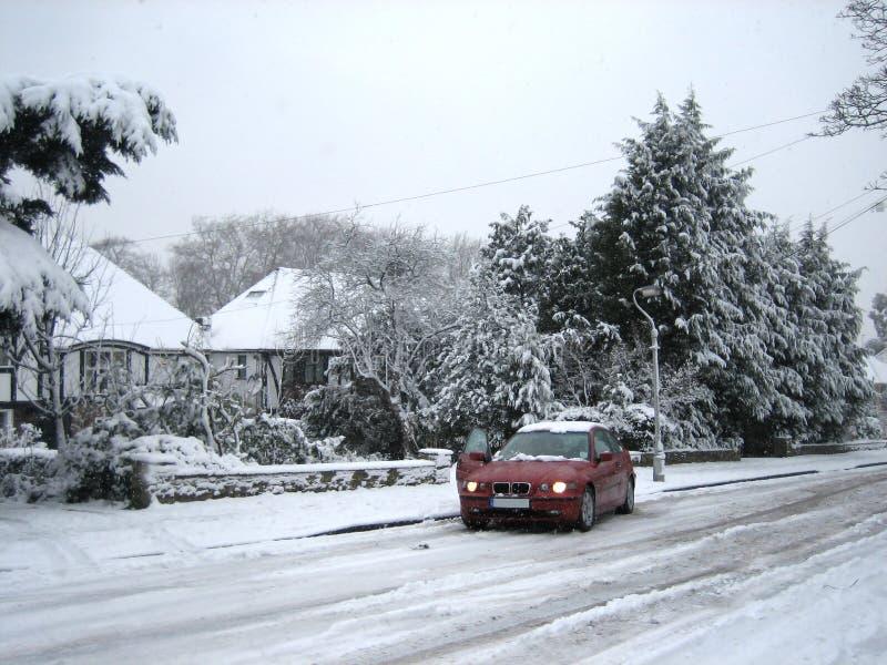 Auto haftete im Schnee stockfotografie