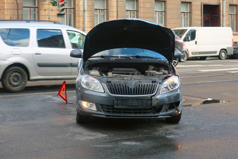 Auto hatte einen Unfall auf der Fahrbahn lizenzfreie stockbilder