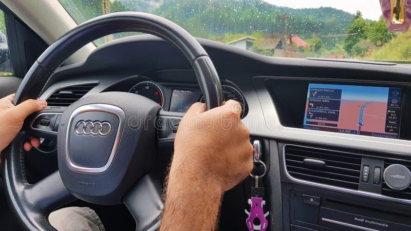 Auto het drijven gebruikend navigatie stock foto