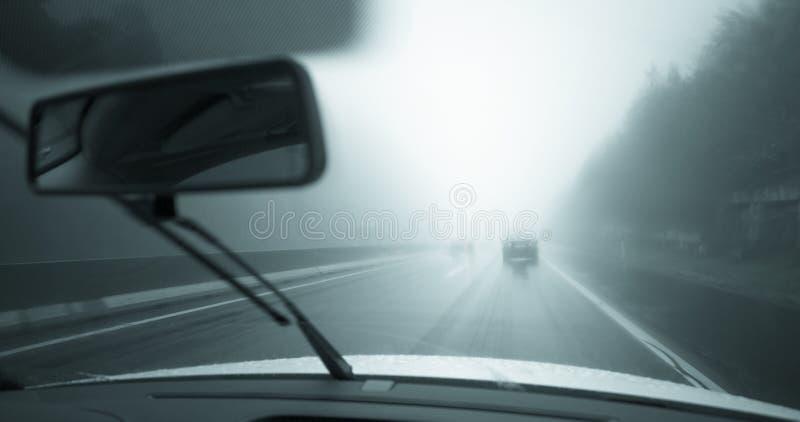 Auto het drijven in het regenachtige weer royalty-vrije stock foto