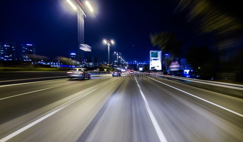 Auto het drijven op snelweg bij nacht, stock afbeelding