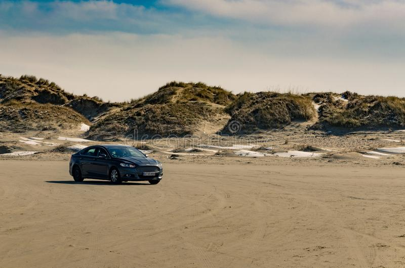 Auto het drijven op het strand, Romo, Denemarken stock afbeelding