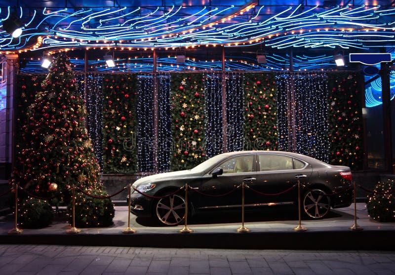 Auto in het landschap van het Nieuwjaar stock fotografie