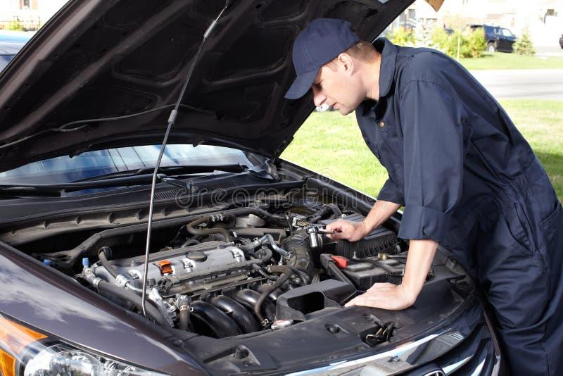Auto het mechanische werken in de autoreparatiedienst. stock afbeelding