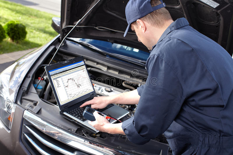 Auto het mechanische werken in de autoreparatiedienst. royalty-vrije stock fotografie