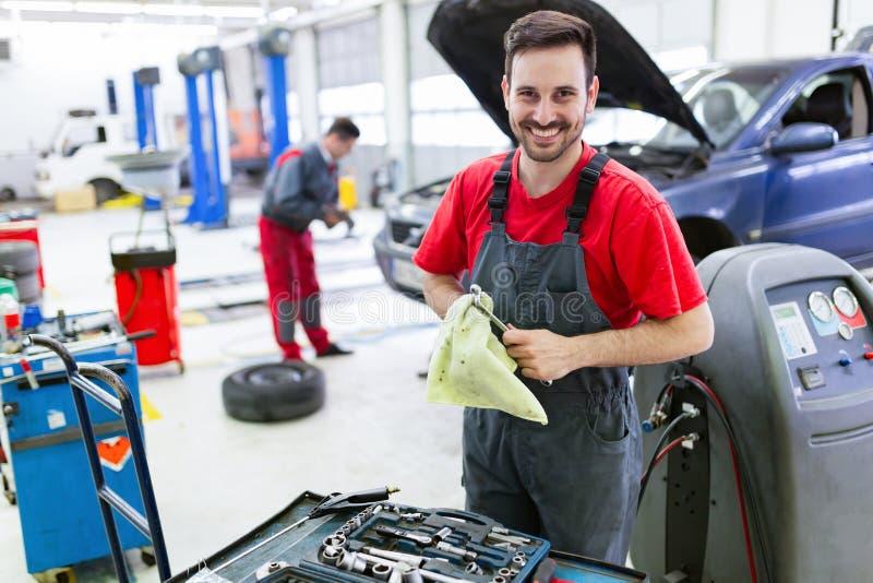 Auto het mechanische werken op automobiel de dienstcentrum stock afbeelding