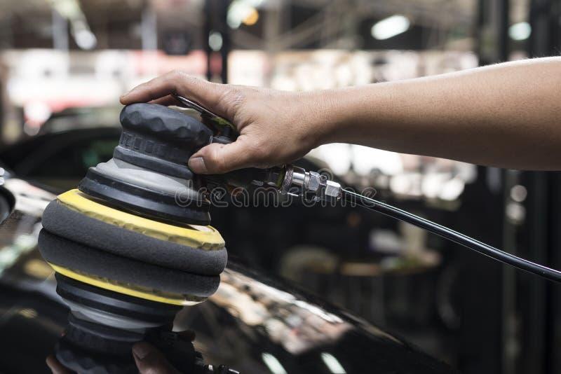 Auto het oppoetsen reeks: Arbeiders in de was zettende blacke auto royalty-vrije stock fotografie