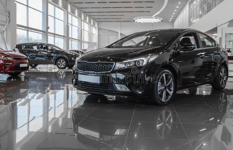 Auto im Ausstellungsraum für Verkauf lizenzfreie stockfotografie