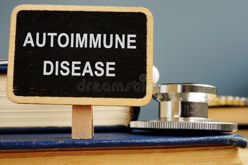 Auto-immuun ziekteconcept Stethoscoop en Boeken royalty-vrije stock foto's