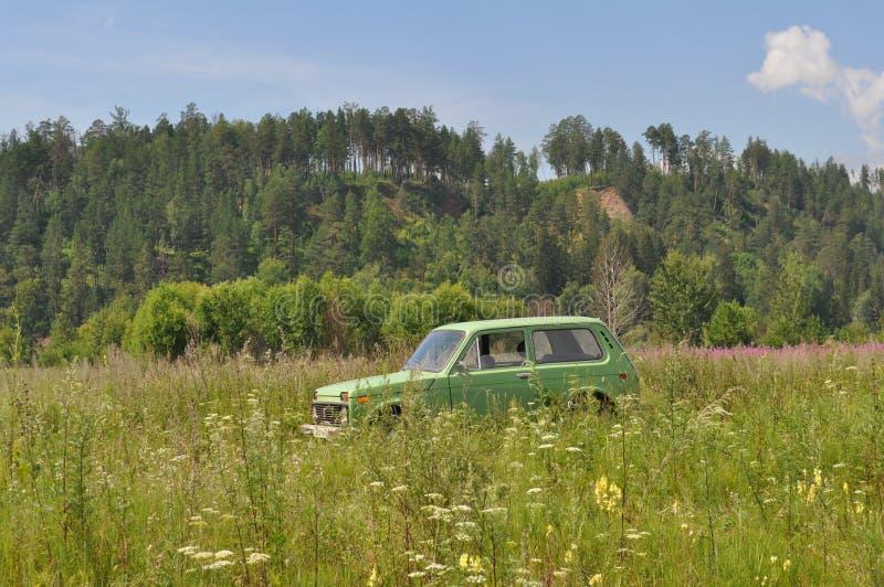 Auto Lada Niva auf dem Gebiet stockbild