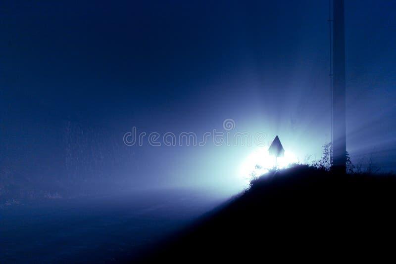 Auto-Leuchten im Nebel stockfotografie