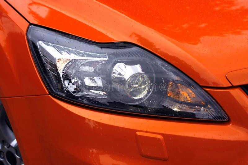 Auto-Leuchten mit Regentropfen stockbild