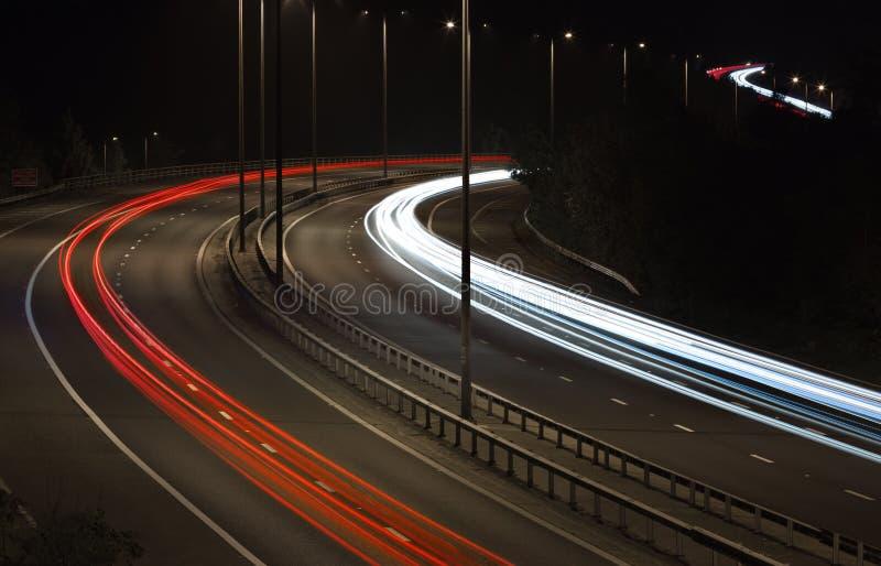 Auto-Licht-Spuren auf Autobahn nachts lizenzfreie stockbilder