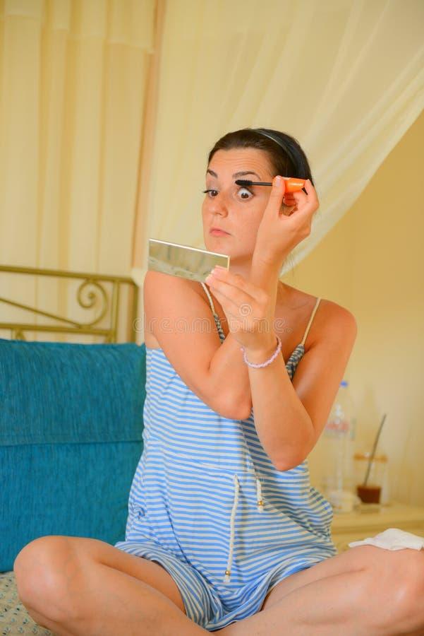 Auto lindo da mulher que aplica o rímel do olho fotos de stock