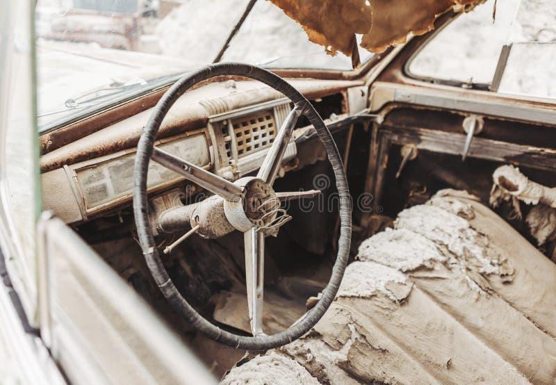 Auto-LKW der alten Weinlese der Nahaufnahme rostiger verlassen in der Wüste lizenzfreies stockbild