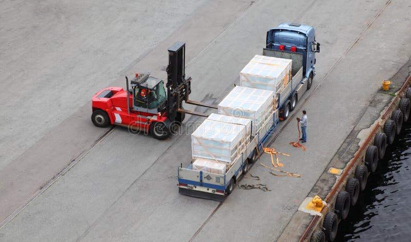 Auto-loader lastar av lastbilen, jobbarehjälp royaltyfri foto
