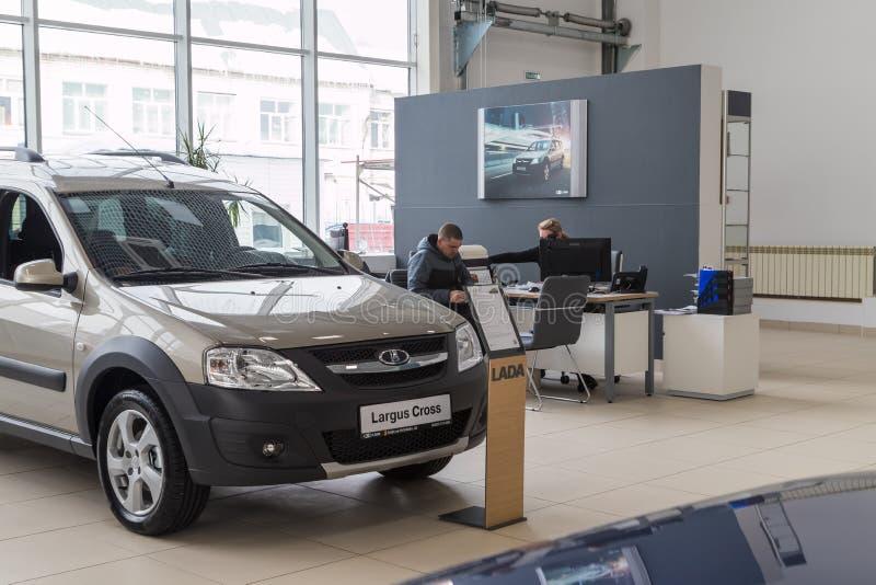 Auto, Manager und Kunde im Ausstellungsraum der Verkaufsstelle AVTOVAZ nannten SeverAvto in Kirow-Stadt im Jahre 2018 Beschneidun stockfotografie