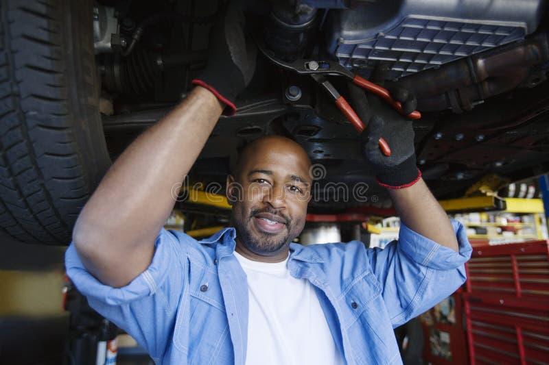 Auto mecânico Beneath um carro fotos de stock royalty free