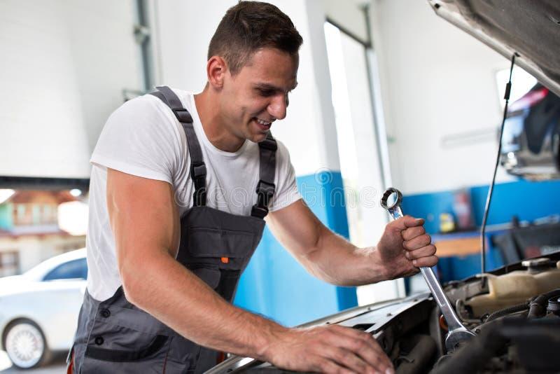 Auto mecânico de sorriso foto de stock royalty free