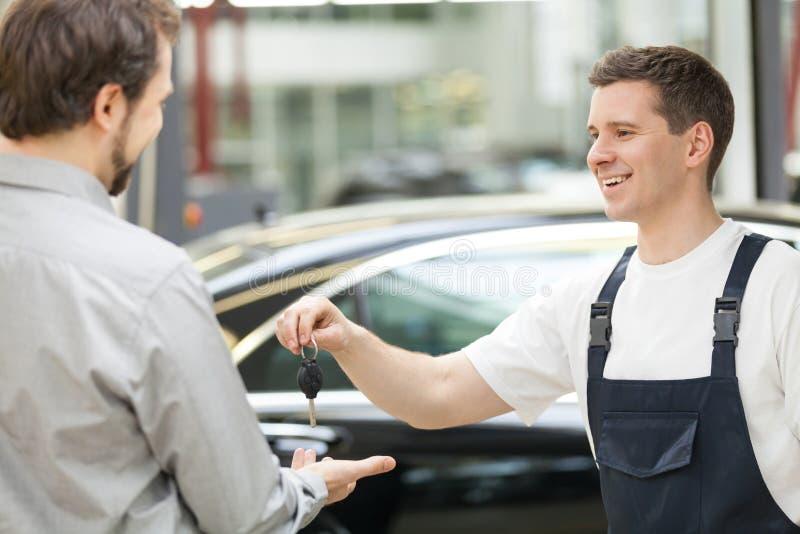 Auto mecânico e cliente. imagem de stock royalty free