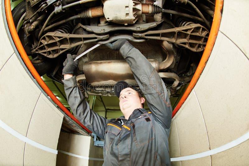 Auto mecânico no trabalho do alinhamento de roda com chave inglesa foto de stock royalty free