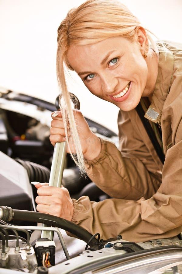 Auto Mechanician repariert Motor lizenzfreies stockbild