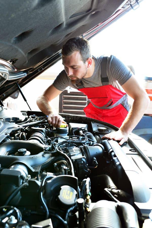 Auto mechanik naprawia pojazd w warsztacie obrazy royalty free