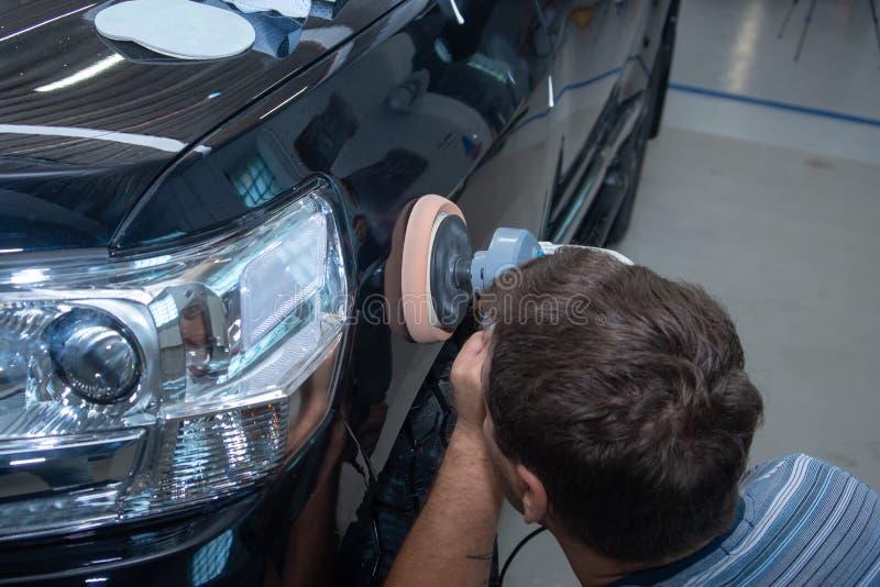 Auto mechanik poleruje samochód w samochód usługa zdjęcie royalty free