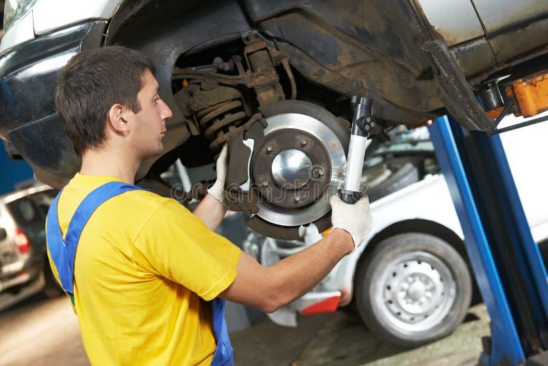 Auto mechanik przy samochodową zawieszenia naprawy pracą zdjęcie royalty free