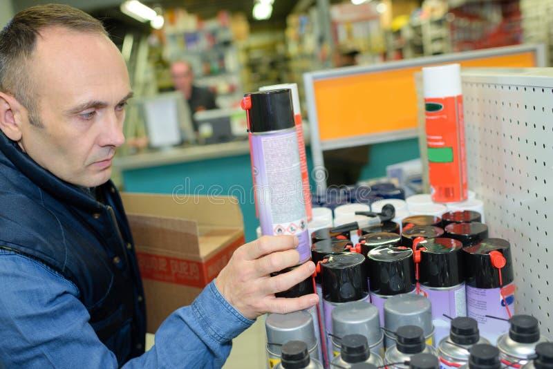 Auto mechanik wybiera olej przy samochodowym sklepem obraz royalty free