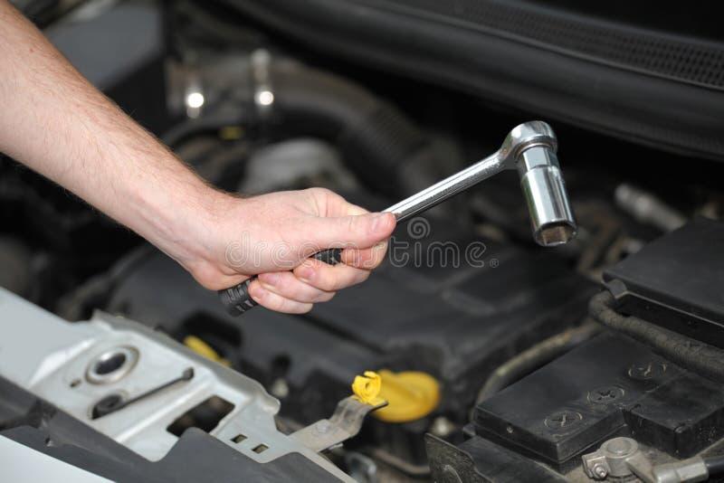 Auto mechanik z chromem matrycował wyrwanie w zbliżeniu zdjęcia stock