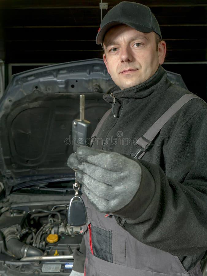 Auto mechanik z samochodu kluczem zdjęcie stock