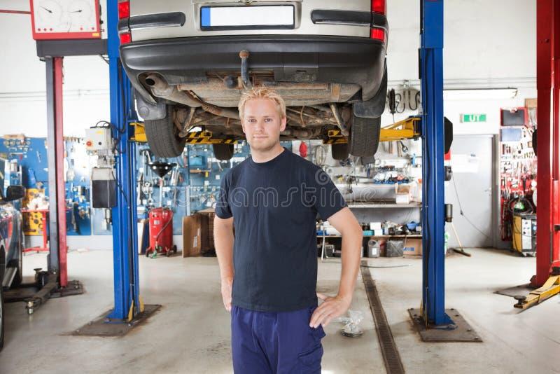 auto mechanika remontowy sklep obraz stock