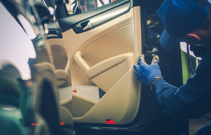 Auto-Mechaniker Fixing Door Lock lizenzfreie stockfotografie
