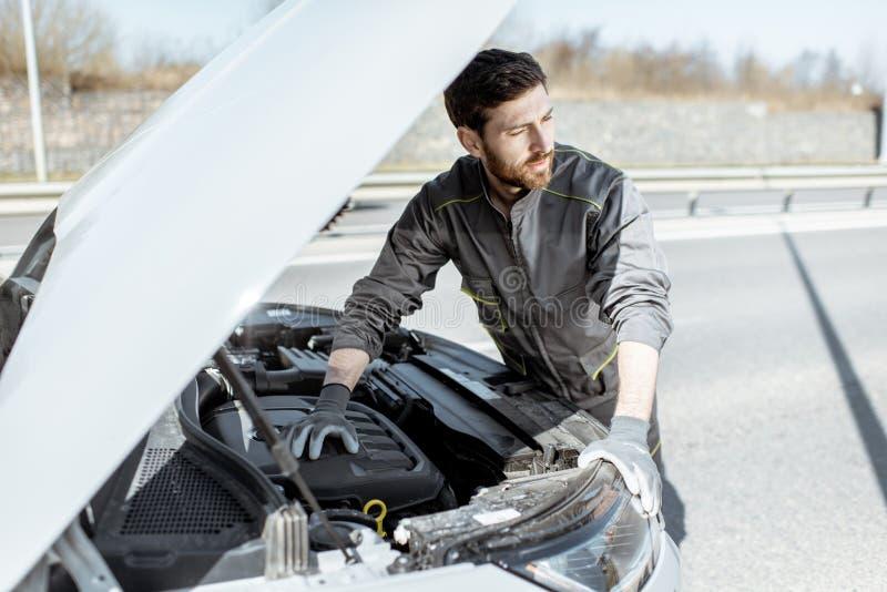 Auto mechanische het herstellen auto in openlucht royalty-vrije stock fotografie