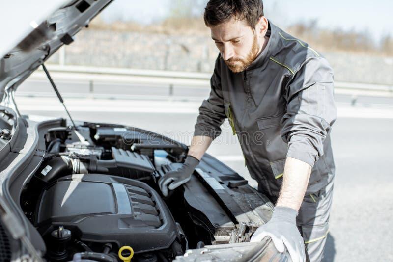 Auto mechanische het herstellen auto in openlucht stock foto