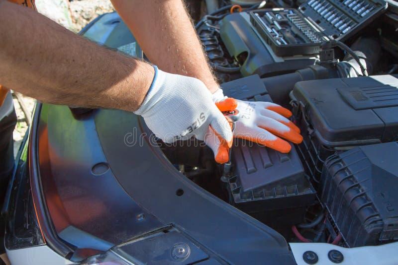 Auto mekaniker som arbetar i garage Underhåll av den automatiska motorn fotografering för bildbyråer