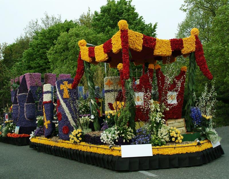Auto met bloemen, bloemparade, Keukenhof-tuin wordt verfraaid die royalty-vrije stock foto's