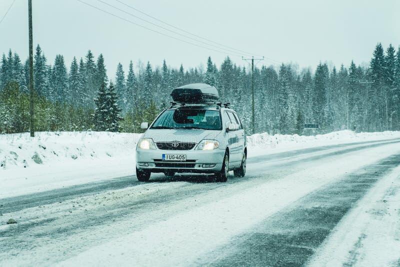 Auto met dakrek in EU van Rovaniemi van de de winter de sneeuwweg royalty-vrije stock foto's