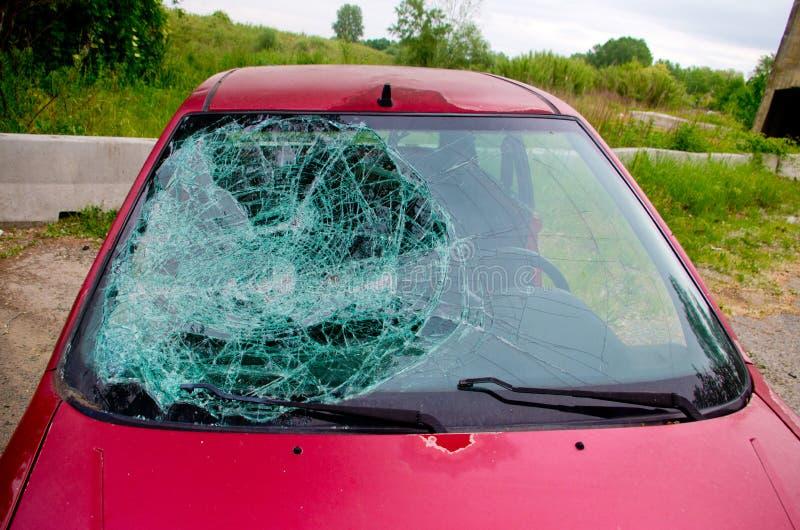 Auto met gebroken glas wordt verpletterd dat stock afbeelding