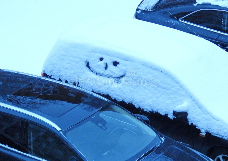 Auto met geschilderd gelukkig gezicht, Litouwen stock foto