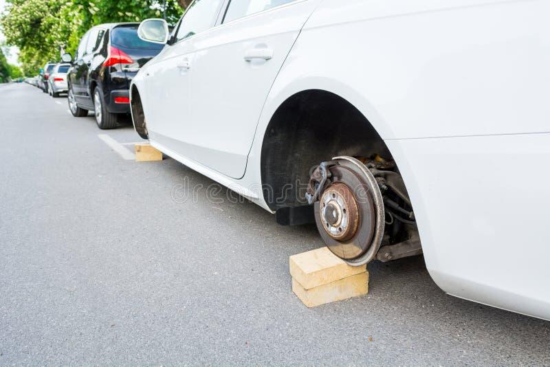 Auto met gestolen wielen stock fotografie