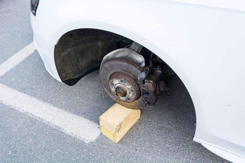 Auto met gestolen wielen stock afbeeldingen