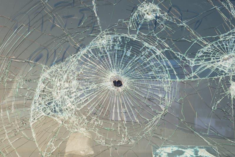 Auto met kogelgaten in het windscherm stock foto's