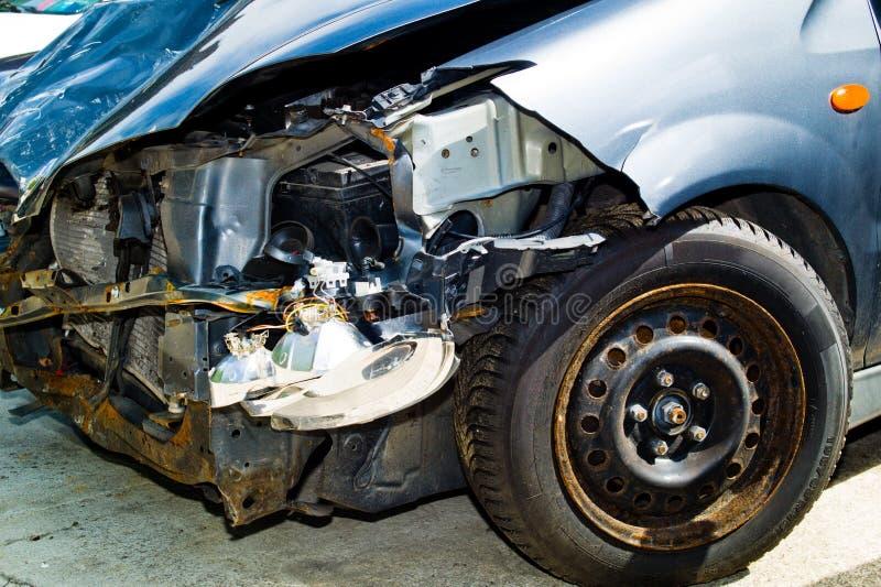 Auto met lichaamsschade na een ongeval stock fotografie