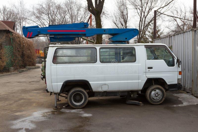 Auto met luchtplatform royalty-vrije stock afbeelding