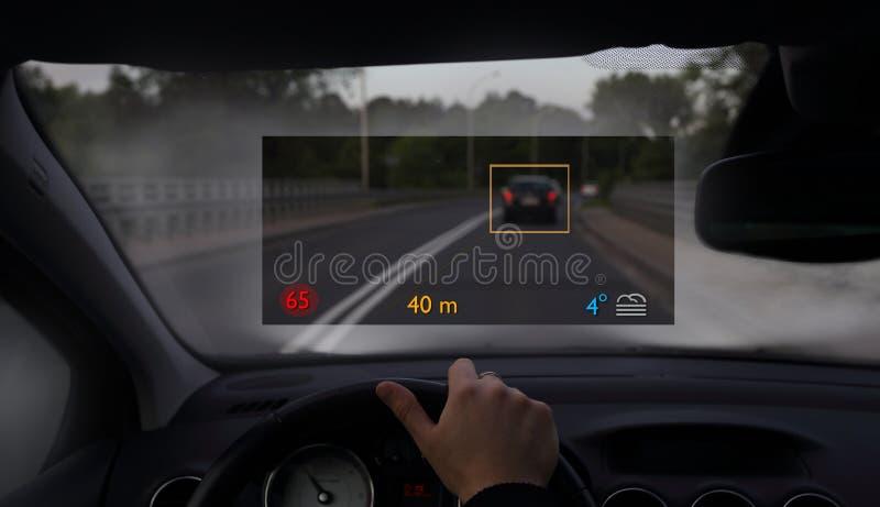 Auto met moderne headup vertoning royalty-vrije stock afbeelding