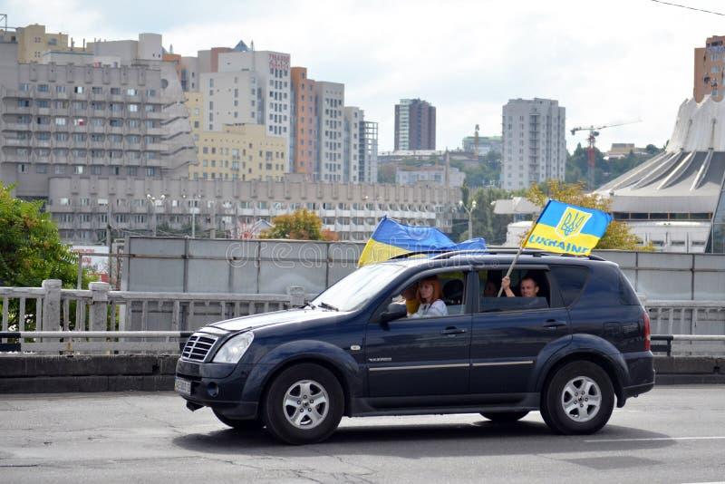 Auto met Oekraïense vlaggen royalty-vrije stock foto's
