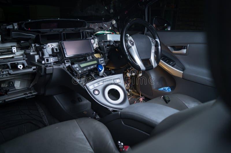 Auto met open kap in autoreparatiewerkplaats stock foto's