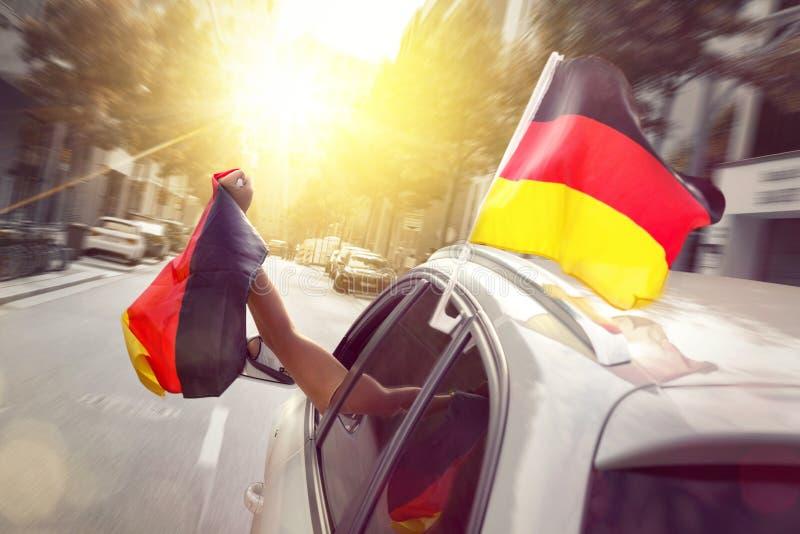 Auto mit dem Schlag von deutschen Flaggen lizenzfreie stockbilder
